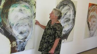 Christiane Dubois vor ihren neuesten Arbeiten.