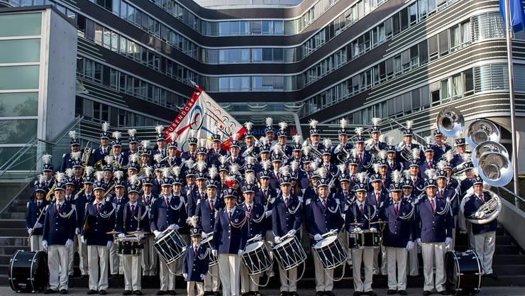 Der Musikverein Bubendorf präsentiert sich vor dem Hamburger Polizeipräsidium