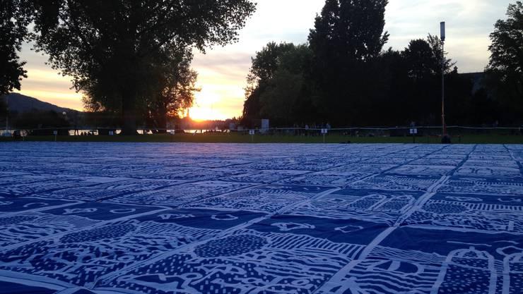 Das Badetuch-Mosaik bricht den Weltrekord.