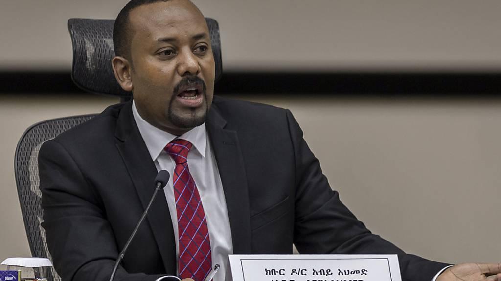 ARCHIV - Äthiopiens Premierminister Abiy Ahmed reagiert auf Fragen von Parlamentsmitgliedern im Büro des Premierministers. Äthiopien hat die zuletzt für den 5. Juni angesetzte Parlamentswahl erneut verschoben. Foto: Mulugeta Ayene/AP/dpa