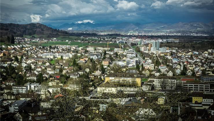 In Lenzburg werden künftig öffentliche und auch private Parkplätze kostenpflichtig.