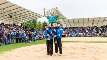 Die Schwingfans dürfen sich über eine Teilnahme von Bruno Gisler (in Grün, hier nach dem Festsieg des Aargauer Kantonalen) freuen.