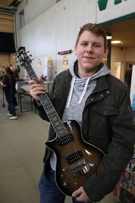 Oszkar Palinkas, 17, Birr: «Ich will anfangen, Gitarre zu spielen», sagt Oszkar Palinkas. Zuerst für sich, dann «mal sehen, vielleicht mit Kollegen». «Diese da habe ich gekauft, weil ich Linkshänder bin», erklärt er. 190 Franken hat Oszkar dafür hingeblättert. Und jetzt? «Vielleicht finde ich noch einen günstigen Verstärker», sagt er.