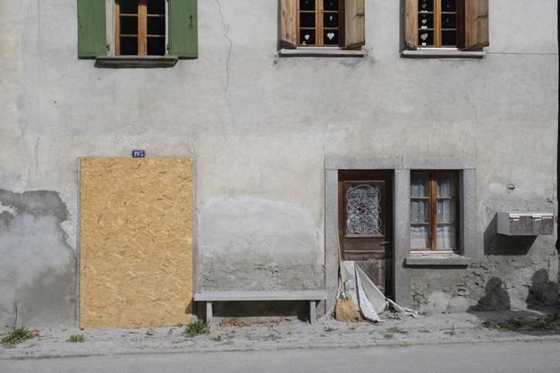 Ein verbarikadiertes Haus, aufgenommen am Mittwoch, 4. Oktober 2017, in Spino. Am 23. August war ein Bergsturz am Piz Cengalo mit Murgaengen nach Bondo niedergegangen. Acht Wanderer gelten seither als vermisst. (KEYSTONE/Gian Ehrenzeller)
