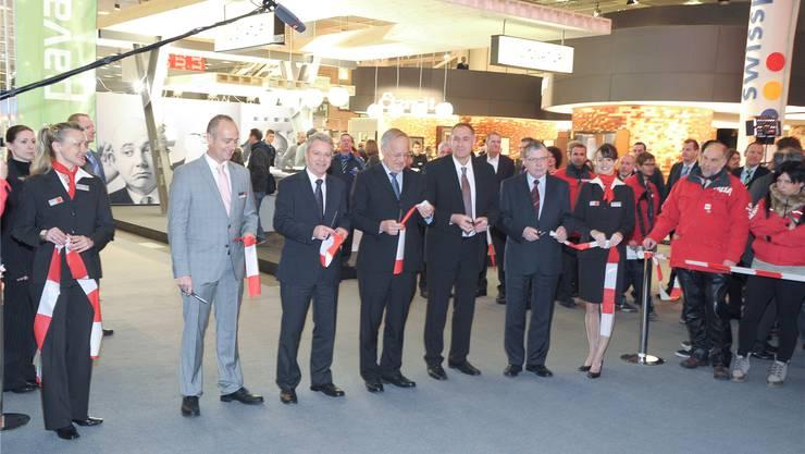 Ruedi Pfander, Hans Killer, Johann Schneider-Ammann, Hans-Peter Wessels und Werner Messmer führen den Ribbon Cut durch. fotos: martin töngi