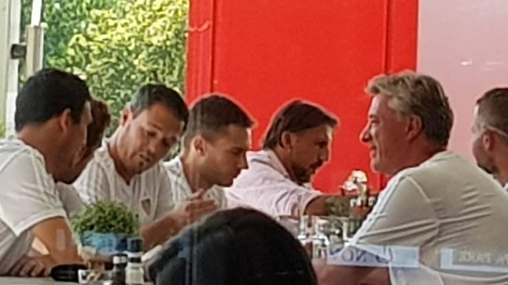 Marco Schällibaum (r.) bespricht sich mit dem FCB-Team.