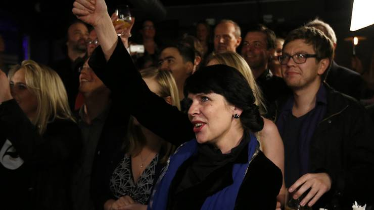 Nach der Parlamentswahlen in Island freut sich Birgitta Jonsdottir von der Piratenpartei über das Wahlergebnis. Ihre Partei kommt auf über 14 Prozent der Stimmen und kann die Zahl der Sitze im Parlament wohl verdreifachen. Wer künftig Island regieren wird, ist aber offen.