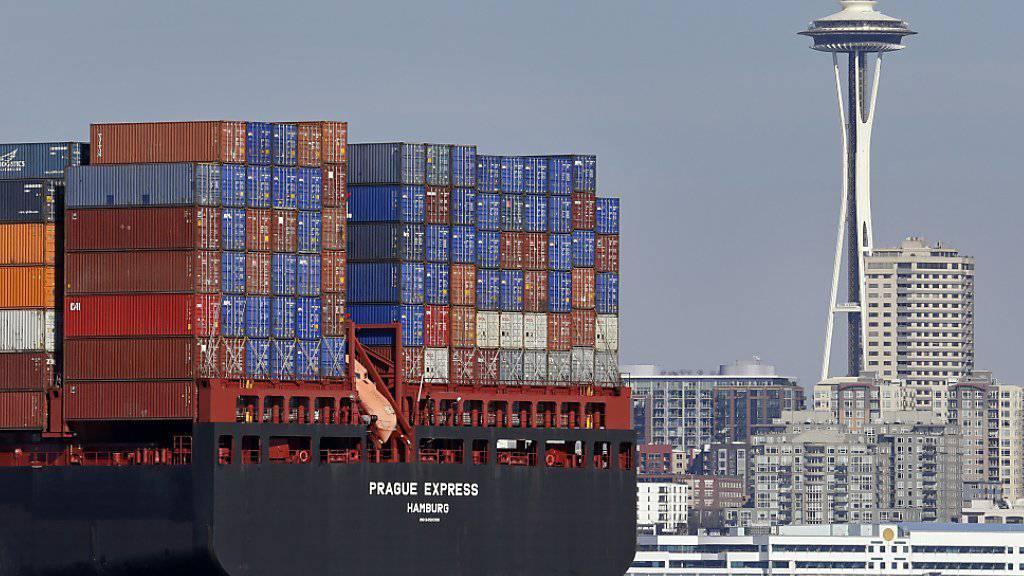 Der Export von Schweizer Gütern ist im Oktober gesunken: Containerschiff bei Seattle. (Symbolbild)