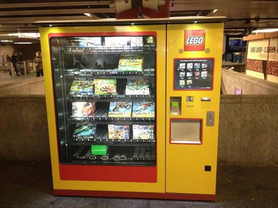 Lego-Automat: Am Bahnhof München stand einst dieses Ding. Beschäftigte Kinder im Zug sind die ca. 20 Franken pro Set wahrscheinlich wert.