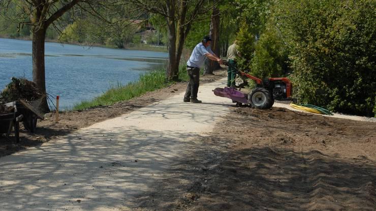 Noch sind die Arbeiter mit der Ufersanierung beschäftigt – aber nicht mehr lange.  leu Noch sind die Arbeiter mit der Ufersanierung beschäftigt – aber nicht mehr lange. Foto: leu