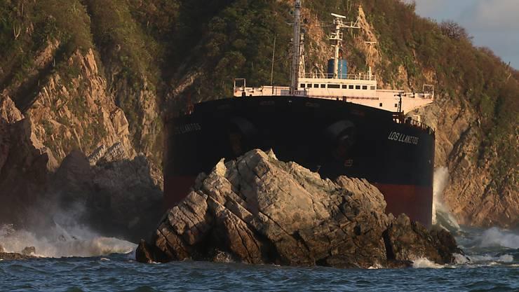 """Das 223 Meter lange Frachtschiff """"Los Llanitos"""" ist seit dem Sturm """"Patricia"""" zwischen Felsen blockiert. Weil es nicht abgeschleppt werden kann, wird es versenkt."""