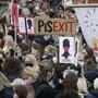 dpatopbilder - Demonstranten halten während eines Protests Plakate gegen die jüngste Verschärfung des polnischen Abtreibungsgesetzes hoch. In mehreren polnischen Städten waren erneut Tausende Menschen gegen eine Verschärfung des Abtreibungsverbots auf die Straße gegangen. Foto: Czarek Sokolowski/AP/dpa