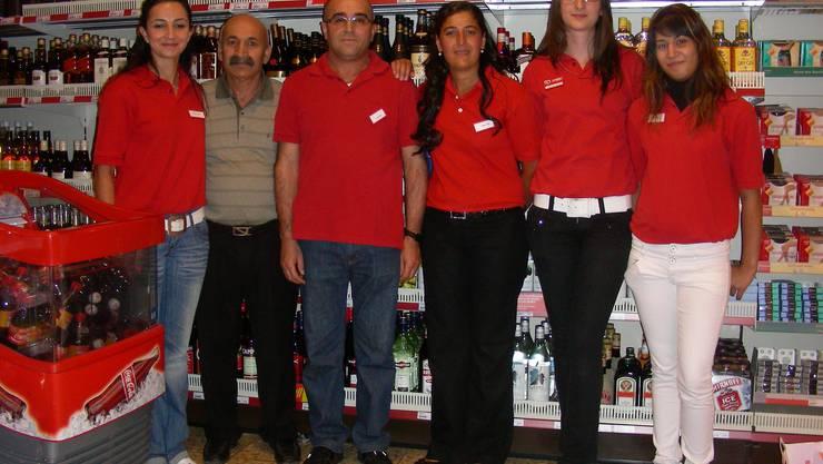 Team (von links ): Cigdem Arslan, Hasan Vural, Tahir Fesli, Hatice Fesli, Shpersa Gjokay (Lehrtochter), Esra Incegöz (Lehrtochter). (Bild: Dieter Minder)
