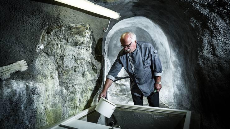 Dieter Roth, Eigentümer des «Bad Schwarzenberg», prüft im 15 Meter tiefen Stollen den Fluss einer seiner Quellen.