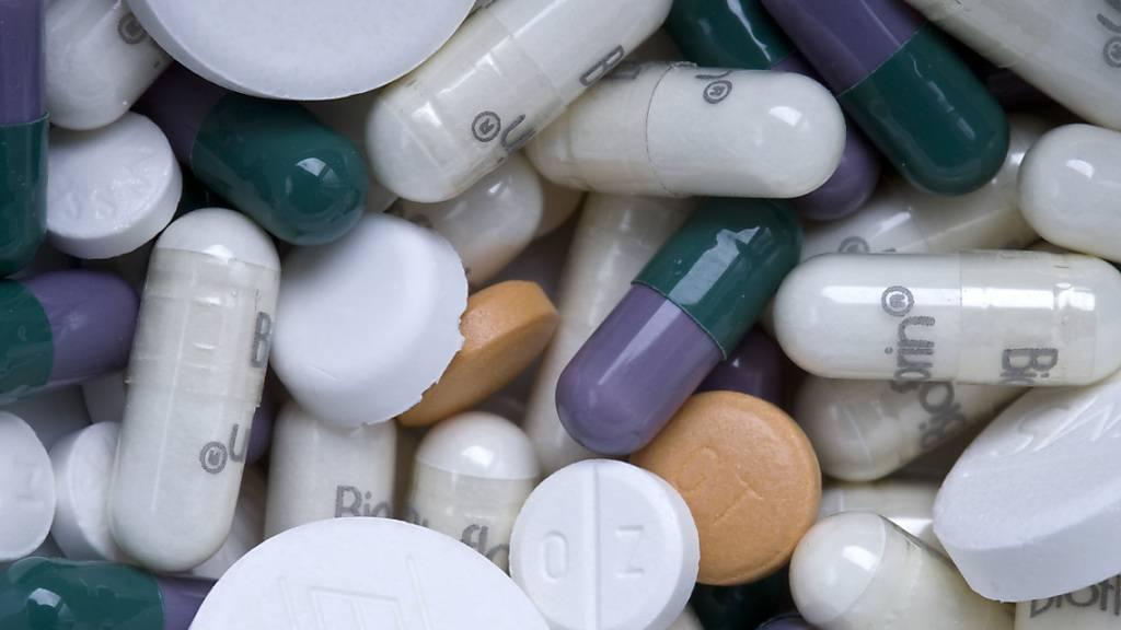 Handeln Behörden und Pharmafirmen Rabatte für Medikamentenpreise aus, verzögert sich das Verfahren zur Preisfestsetzung, wie eine Studie zeigt. Geheime Rabatte können die Preise mittelfristig sogar in die Höhe treiben. (Themenbild)