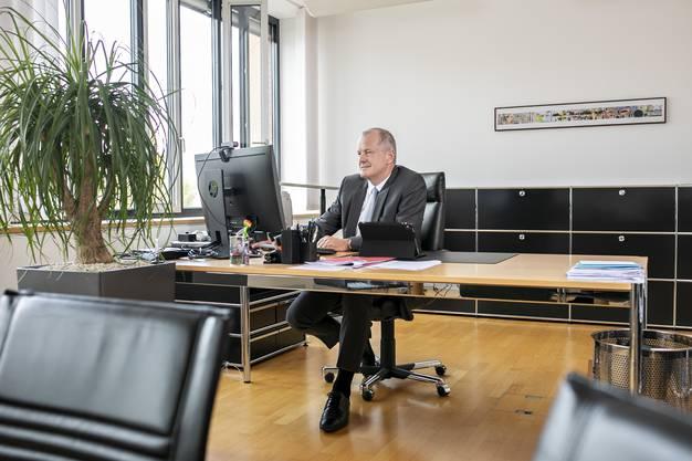 Stephan Attiger in seinem Büro als Vorsteher des Departementes Bau, Verkehr und Umwelt.