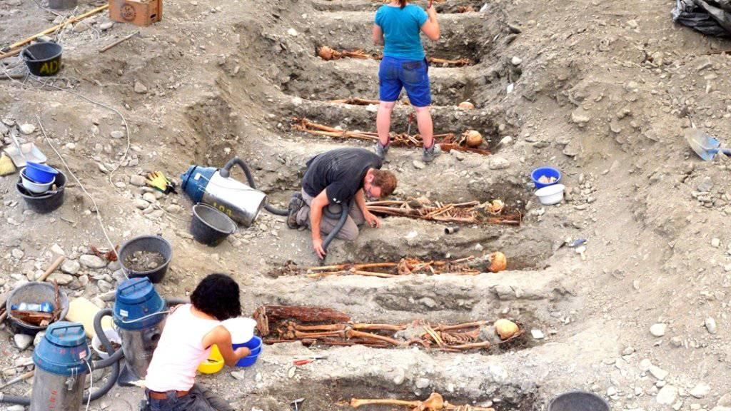 103 Gräber mit den Überresten verwahrter Personen wurden in Cazis in Mittelbünden ausgegraben.