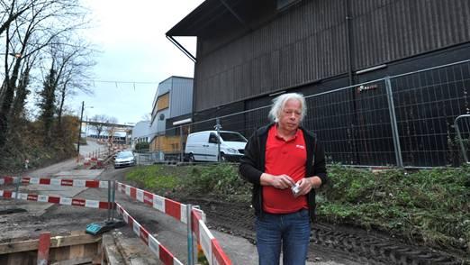 Clubbesitzer Norbert Mandel fürchtet sich vor dem Verkehr auf der umgebauten Kraftwerkstrasse.
