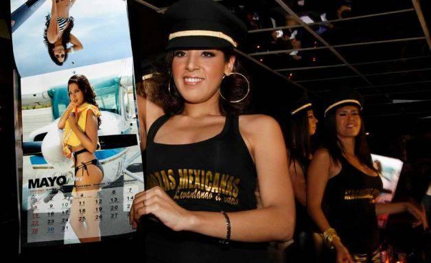 Verhüllt nur von Bikinis und superknappen Uniformen machen Flugbegleiterinnen der insolventen Flugesellschaft Mexicana auf sich aufmerksam. Bilder: Keystone, AFP