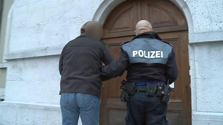 J. vor dem Solothurner Obergericht: Laut diesem hat J. seinen Bruder vorsätzlich umgebracht, aber er sei wegen einer paranoiden Schizophrenie schuldunfähig.