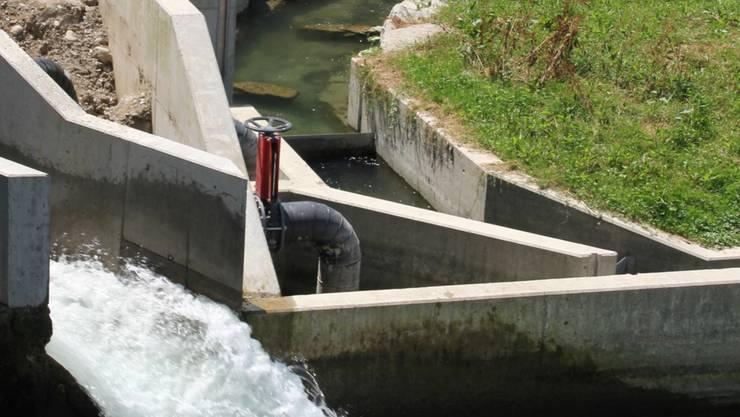 Links im Bild die neu gebaute Fischabstiegsrinne, rechts die «Fischtreppe» (Baujahr 2010)Miro Müller
