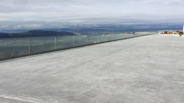 Diese Aussicht kann sich sehen lassen: Ein Gang auf die neue Terrasse der Rehaklinik Bellikon.