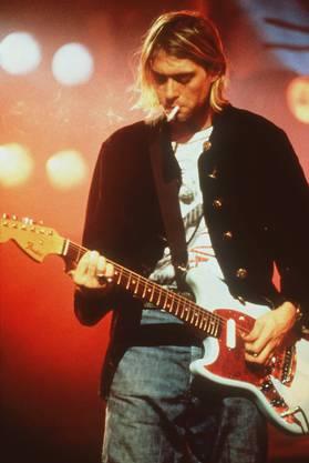 Der Sänger und Gitarrist der Band Nirvana tötet sich 1994 unter Heroineinfluss selbst mit einer Schrotflinte.