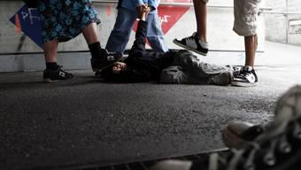 Die Gruppe trat mit Füssen auf das Opfer ein. (Symbolbild)
