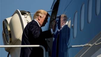 Auch Donald Trump braucht mal einen Erfolg, um politisch zu überleben. Hier besteigt er das Flugzeug nach Südkorea.AP/Keystone