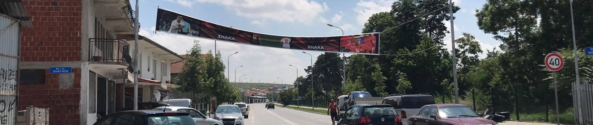 Banner über der Strasse Tahir Zaimi in Pristina.