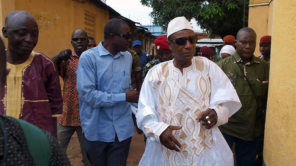 Alpha Condé (in weisser Kleidung), Präsident von Guinea, kandidiert für eine dritte Amtszeit. (Archivbild)