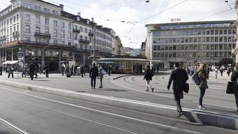 Zürich ist die drittteuerste Stadt der Welt. Der Paradeplatz ist ein Sinnbild für das wohlhabende Zürich. (Archiv)
