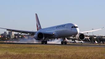 Eine Qantas-Langstreckenmaschine des Typs Boeing 787 Dreamliner bei der Landung am Flughafen in Sydney. (Archivbild)
