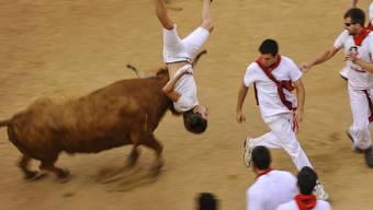 Männer, die glauben sich beweisen zu müssen, foppen Stiere - bis es sie selber erwischt (Pamplona am 14. Juli dieses Jahres).