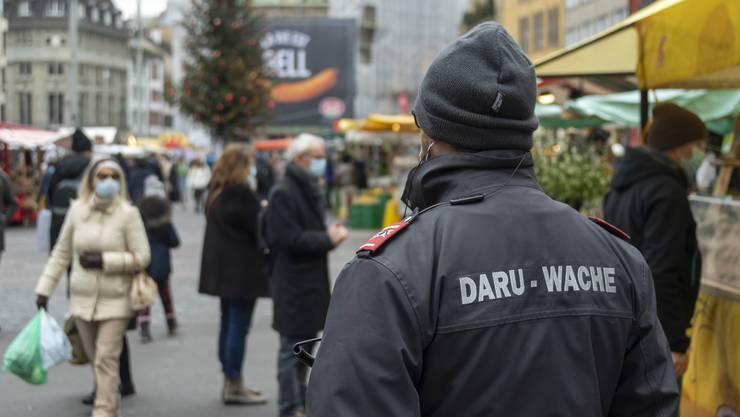 Über das Einhalten der Coronaregeln in der Basler Innenstadt wachen private Sicherheitsfirmen. Gegen Betrugsversuche bei den Hilfsgeldern müssen die Behörden ran.