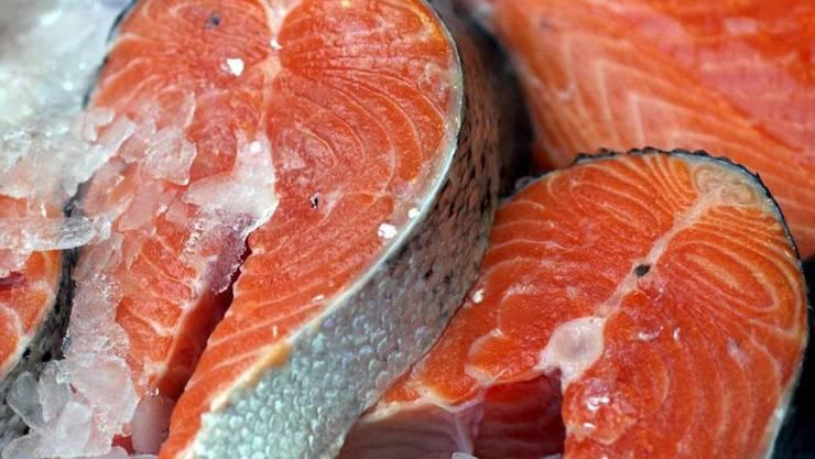 Beliebter Speisefisch: Lachstranchen auf einem Fischmarkt. (Archiv)