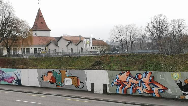 Auf dieser Liegenschaft (hinter der Graffiti-Wand) oberhalb des Kraftwerkes soll das neue Unterwerk gebaut werden.