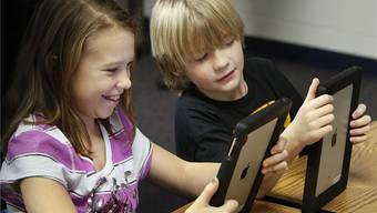 Ab Sommer 2020 werden sämtliche Sekundarschulen aufgerüstet – alle Schüler erhalten ein Gerät. (Symbolbild)