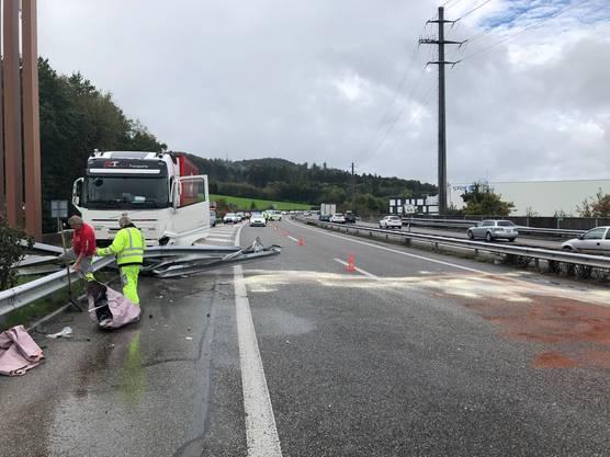 Eine Autolenkerin verlor die Herrschaft über ihr Auto. Dieses prallte seitlich gegen einen Lastwagen, der dann die Leitplanke rammte.