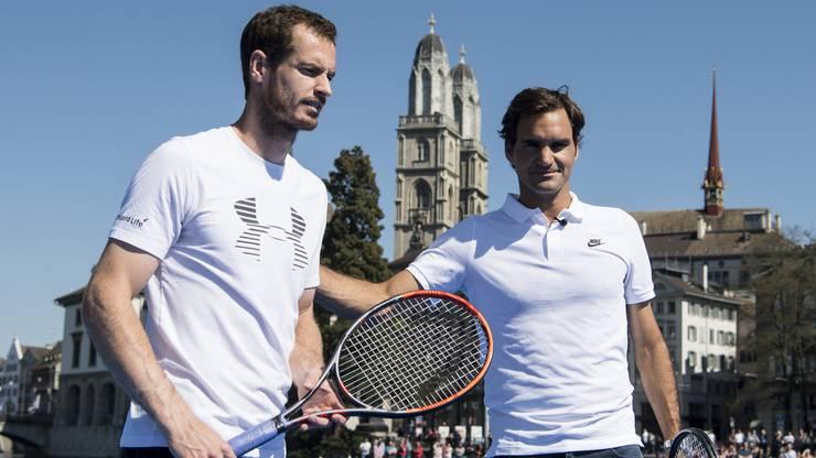 Andy Murray und Roger Federer mit Zürichs Stadtpräsidentin Corine Mauch auf dem Weg zum Floss, wo das Spiel stattfindet.