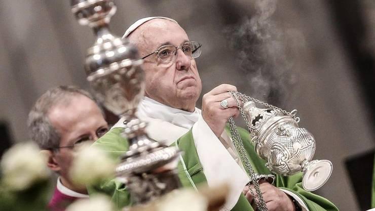 Papst Franziskus feiert mit Gefängnisinsassen eine Messe.