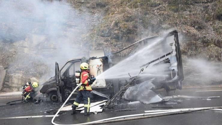 Kurz vor einem Tunnel ist dieser Lieferwagen bei Lungern ausgebrannt. Verletzt wurde niemand.