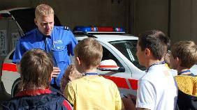 Schüler lassen sich über den Polizeiberuf informieren. Foto: atg