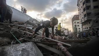 In Trümmer gelegt: Palästinenser in der von Israels Luftwaffe zerstörten mutmasslichen Hamas-Sicherheitszentrale in Gaza.