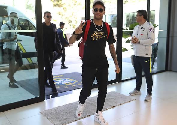 Neymar rückt guten Mutes in Brasiliens Camp im Granja Comary Trainingscenter ein