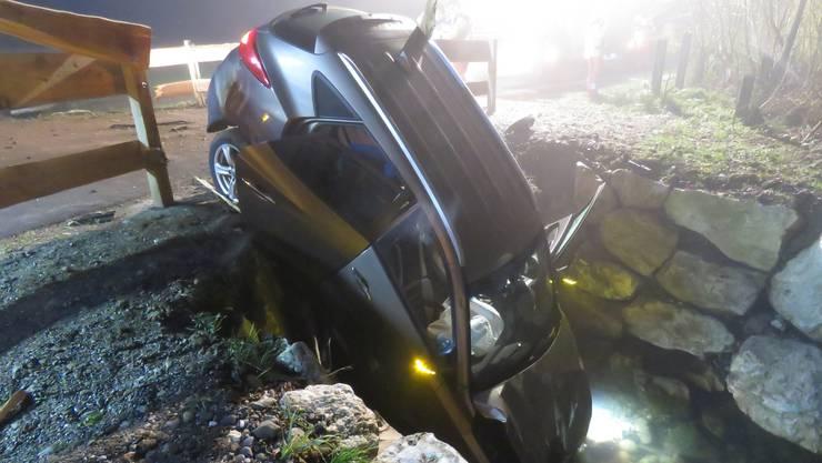 Ein 71-jähriger Autofahrer kam bei Fisibach von der Strasse ab und kollidierte mit einem Strommasten.