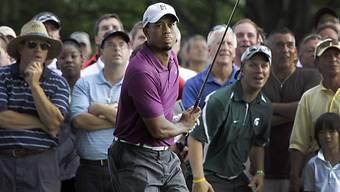 Fans beobachten Tiger Woods bei seinem Abschlag am 16. Loch