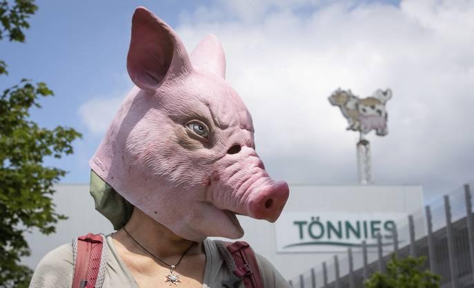 Aktivistin mit Schweinsmaske vor der Tönnies-Fabrik in Gütersloh: Die Rede ist von «sklavenähnlichen Zuständen» für die Mitarbeiter.