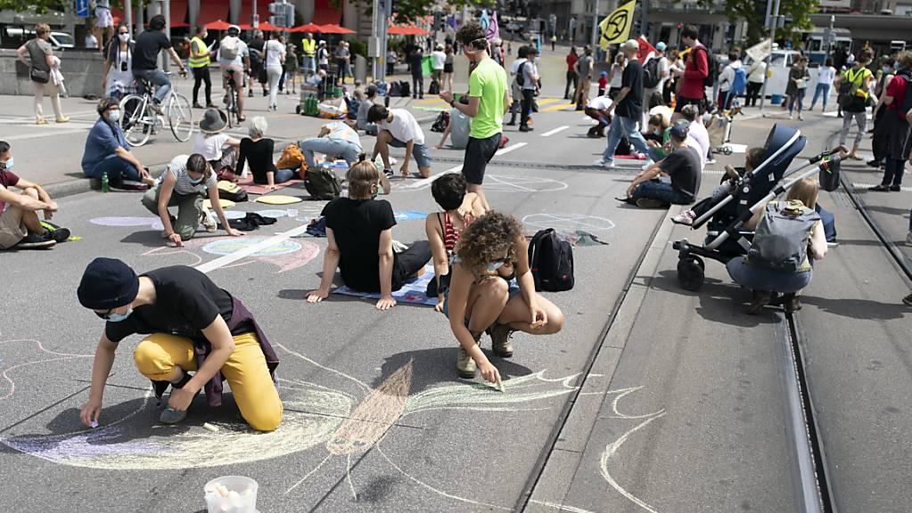Aktivisten der Extinction Rebellion während eines Protestes am 20. Juni in Zürich. Für Ende September rufen zahlreiche Klimaorganisationen zu weiteren Aktionen des zivilen Ungehorsams aus. (Archivbild)
