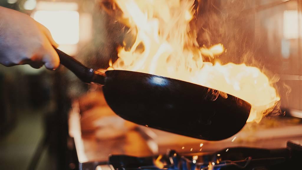Frau will brennendes Speiseöl mit Wasser löschen – Küche gerät in Brand
